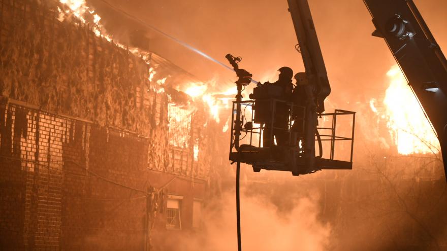 Огонь постепенно сдается: спасатели почти сбили пламя крупного пожара в центре Екатеринбурга