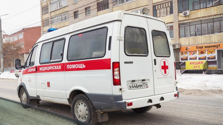 «Ударил врача по голове»: пьяный челябинец напал на бригаду скорой, оказывающей помощь его подруге