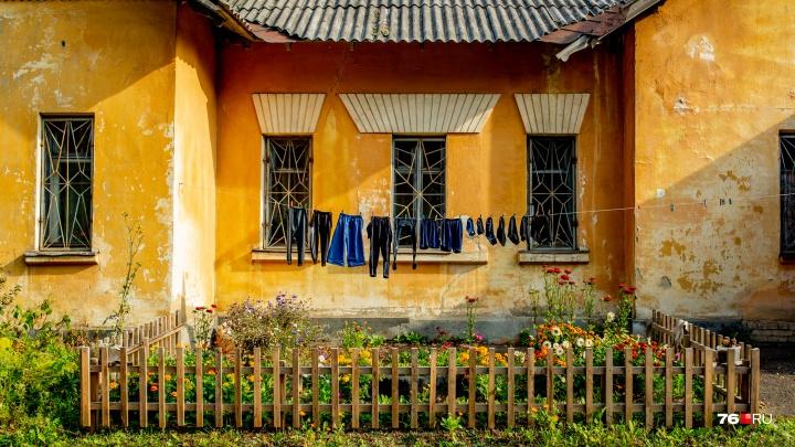 Под тоскливый вой поездов: как живут дома на затерянной улочке у депо
