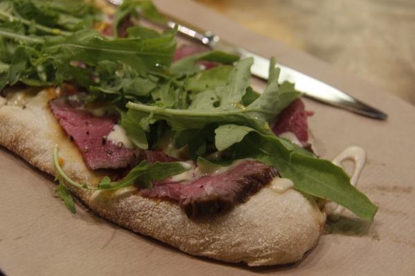 Пицца с ростбифом в кафе «У Белуччи круче»