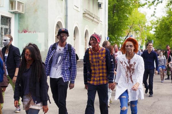 Вот раньше зомби свободно гуляли по улицам города, а в этот раз только в парке Горького будут