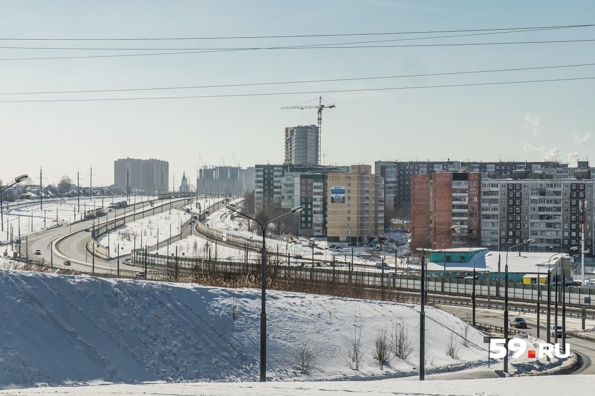 Строительные краны, которые виднеются вдалеке, стоят на территории ЖК «Авиатор»