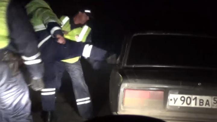 Пассажир ВАЗа в ответ на угрозу открыть стрельбу кинул в машину ДПС мешок с мусором