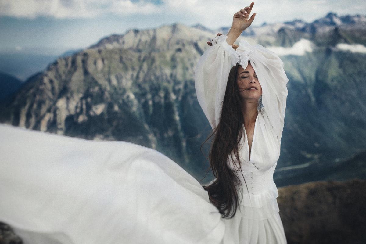 Она рассказала, что ради фотографий пришлось босиком ходить по камням в горах