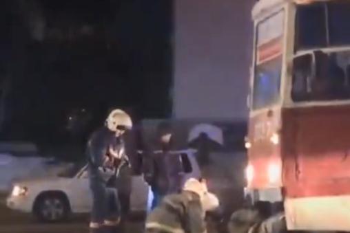 Пострадавшую вытащили из-под трамвая спасатели