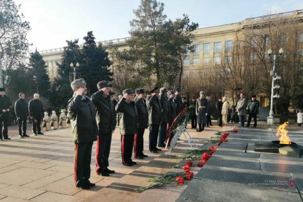 Утром 1 февраля силовики возложили по традиции цветы к Вечному огню
