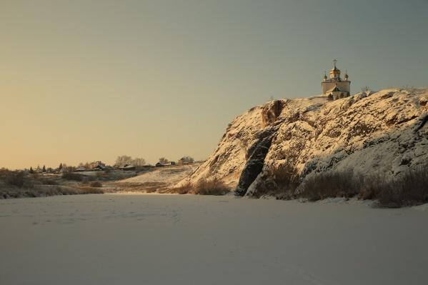 На скале над рекой Реж стоит церковь