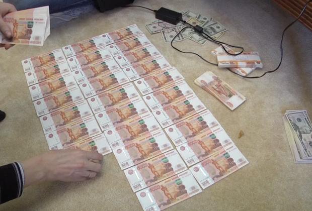 У участников группировки в ходе следствия арестовали крупные суммы...