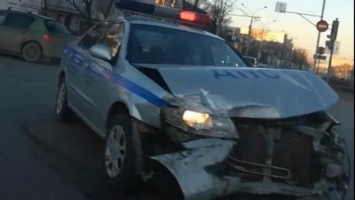 В центре Перми столкнулись автомобиль ДПС и Chevrolet