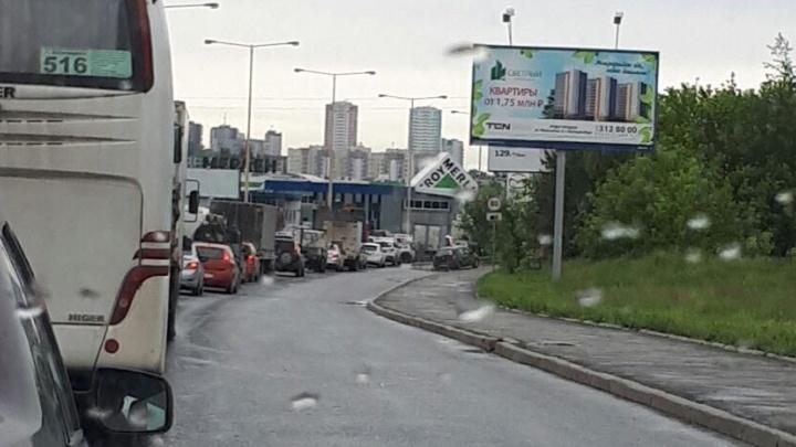 """""""Стою полчаса на одном месте"""": автомобилисты встали в пробку на Базовом"""