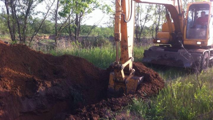 Выкопали ров: в поселке Рубежный ограничили движение для борьбы со свалками