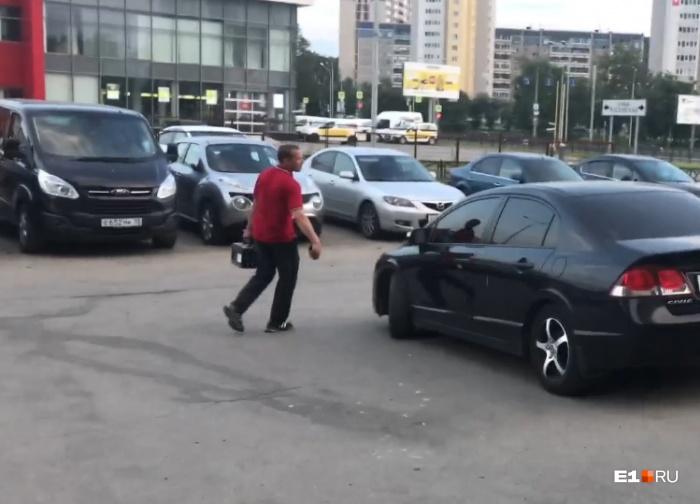 Мужчина спокойно нёс аккумулятор в сторону улицы Московской