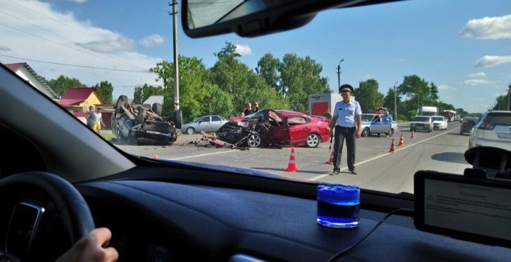Под Тюменью перевернулся внедорожник: водитель в тяжелом состоянии, на дороге — реверсивное движение