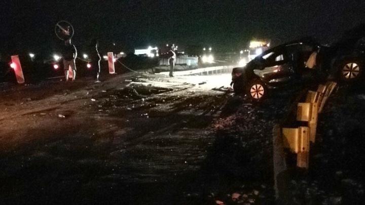 В Зауралье легковушка врезалась в фуру: в аварии погибли два человека