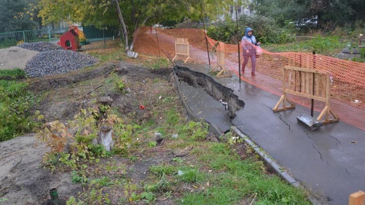 Рабочие окружили огромную яму у детсада на Троллейном