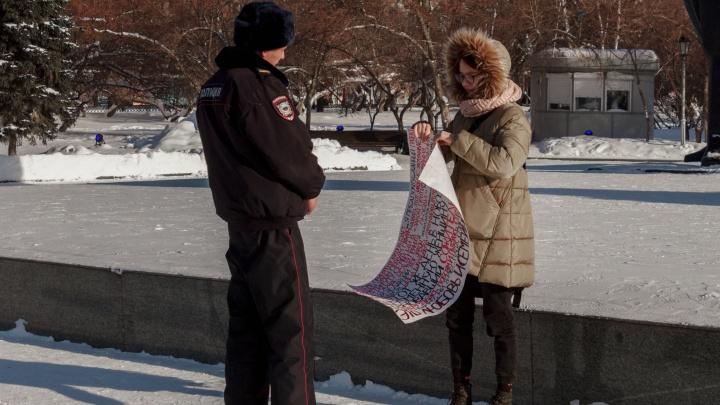 После убийства беременной девушки в Новосибирске прошли одиночные пикеты. Участницу увели полицейские