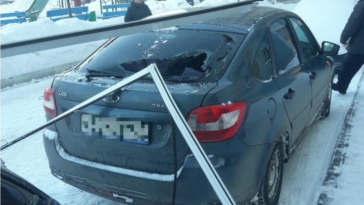 «Рядом стояли девушки»: выпавшая оконная рама разбила автомобиль на северо-востоке Челябинска