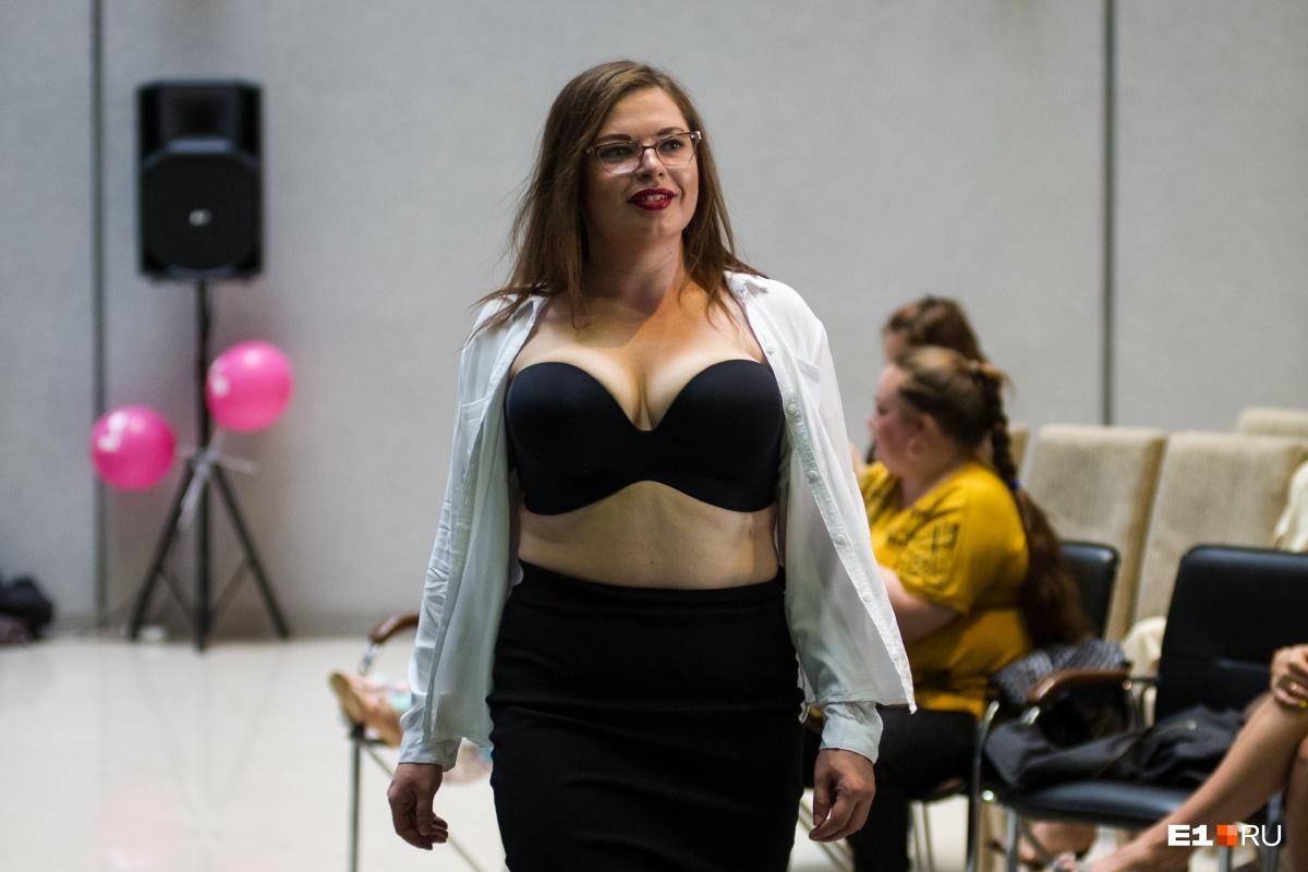 Красотки с пышными формами показали, как нужно носить нижнее белье: фоторепортаж с подиума