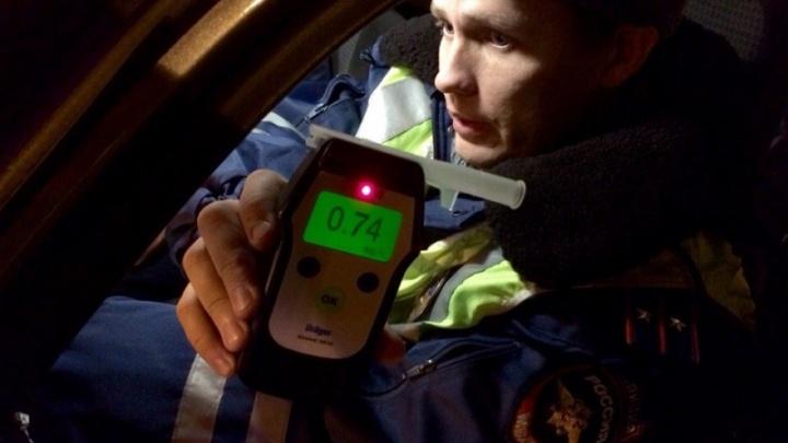 Очевидцы в Красноярске заметили двоих пьяных водителей у баров и сообщили в ДПС