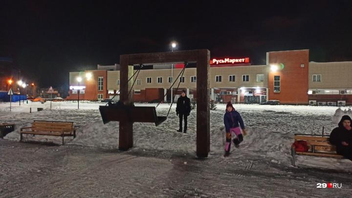 В парке «Зарусье» с детских качелей убрали цепь, которой их приковали к земле в начале ноября