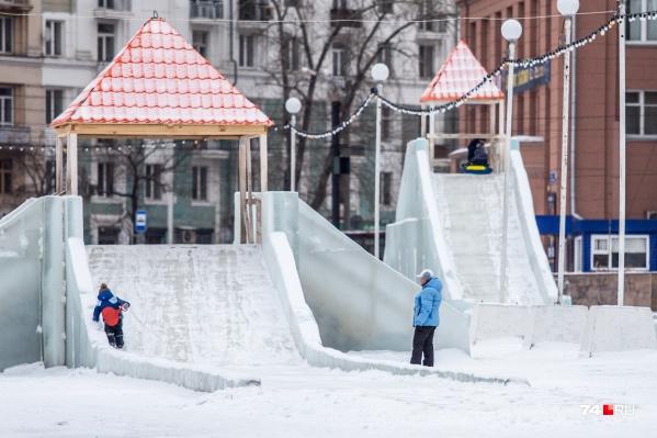 По контракту ледовый городок на площади Революции должен был простоять до конца февраля