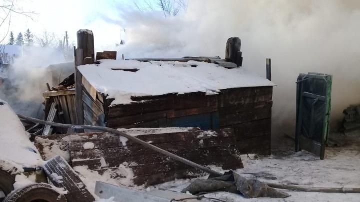 Сарай, два гаража и соседский дом пострадали от пожара в частном доме на улице Пархоменко