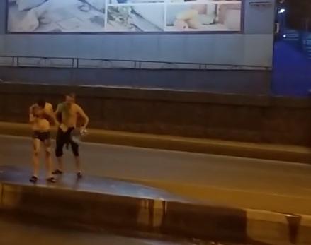 «В районе воду отключили»: красноярец в плавках помылся посреди улицы