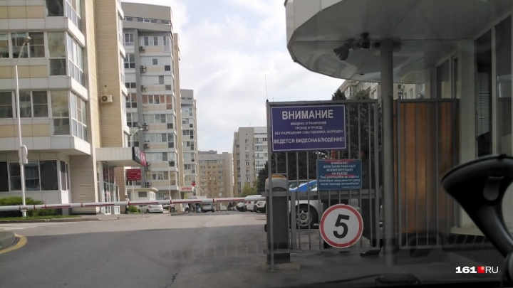 «Жилой комплекс как военный объект»: ростовчане жалуются, что им не разрешают проехать к клинике
