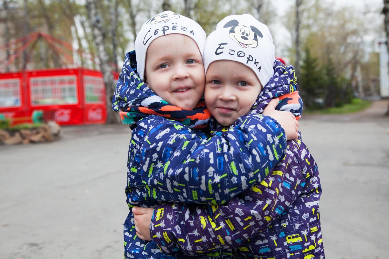 Для тех, кто не умеет различать близнецов, — подсказка на шапках