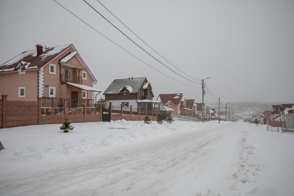 Жители деревни Кузнецово разделились на два лагеря: первые платят за обслуживание территории и не платят за въезд, остальные — наоборот