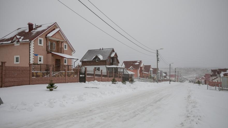В поселке под Красноярском владелец дорог требует по 500 рублей за проезд машин с дровами для отопления