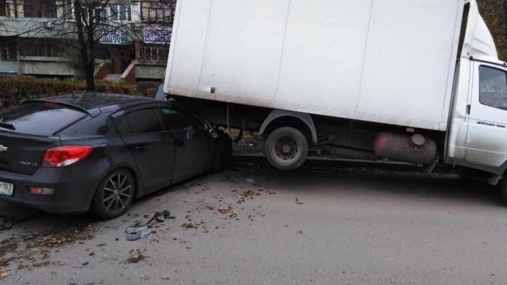 Фиаско с парковкой: в Тольятти водитель «Шевроле» залетел под «Газель»