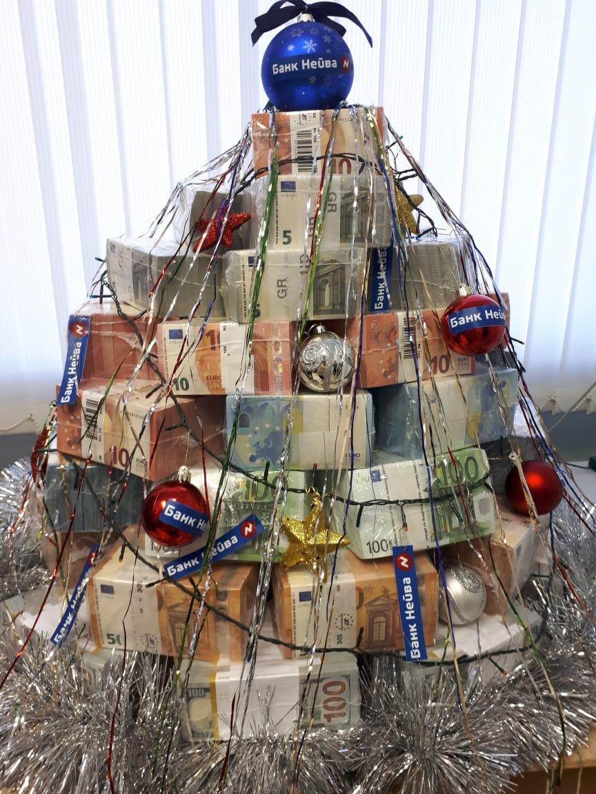 Ой, нет, предыдущие участники померкли. Фото такой ёлки  прислали из банка «Нейва»  с подписью: «Самая дорогая ёлка Екатеринбурга, ее стоимость — 1,2 млн долларов + 1,1 млн евро»