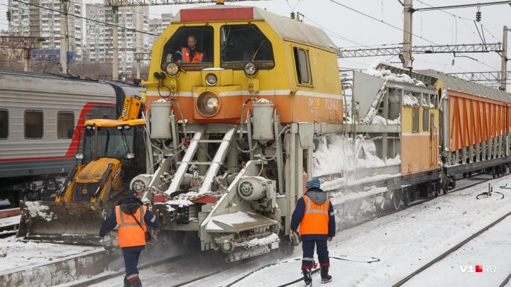 «Рельсы замело»: в Волгоградской области железнодорожники борются с последствиями снегопада