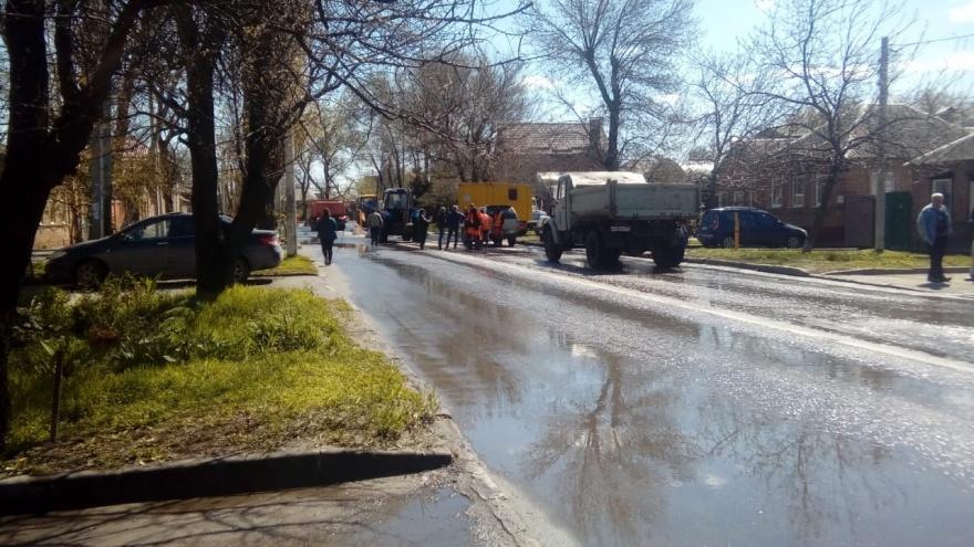 Одну из ростовских улиц затопило нечистотами из-за неполадок в коллекторе