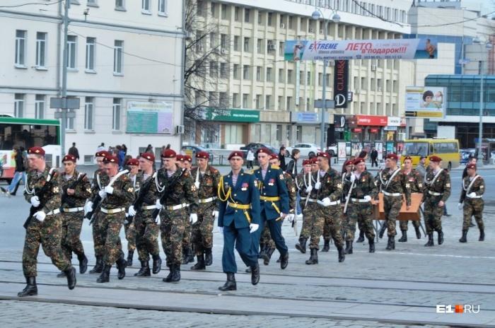 В пятницу по центругорода пройдут только военные