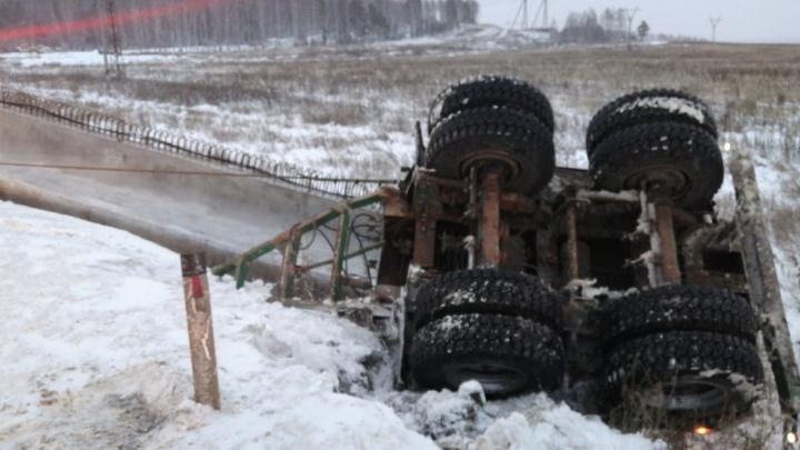 На Полевском тракте машины встали в глухую пробку из-за преградившей им дорогу бетонной балки