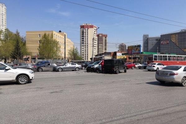 Авария случилась недалеко от универмага «Калининский»