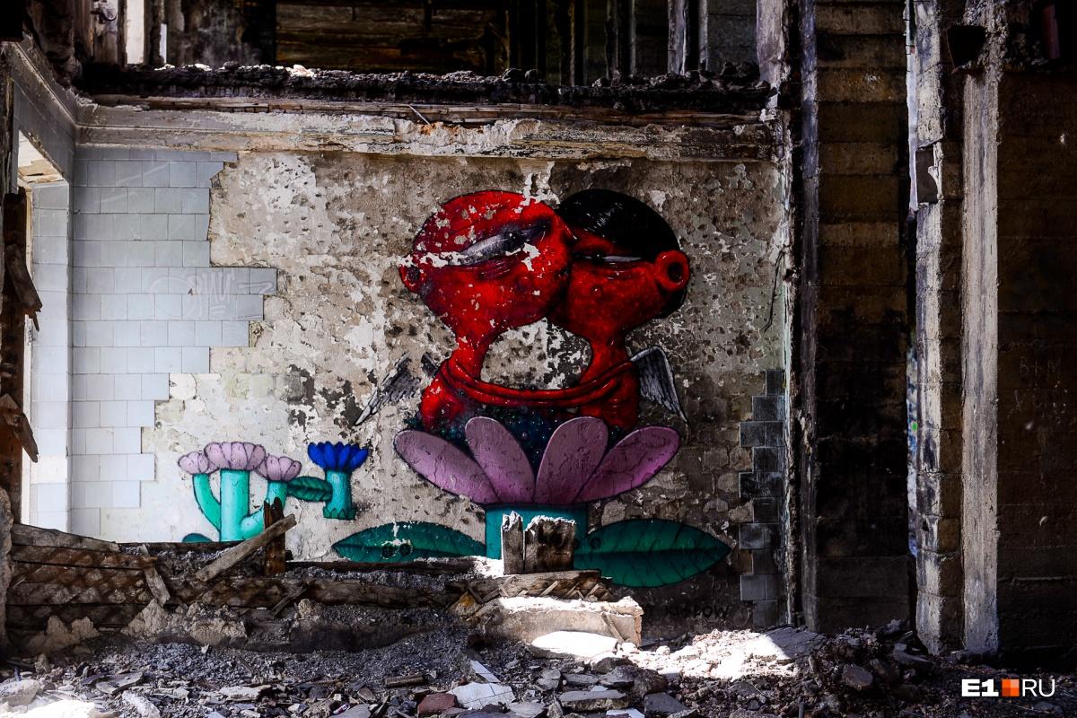 Стены исписаны неприличными словами, но встречаются и интересные граффити