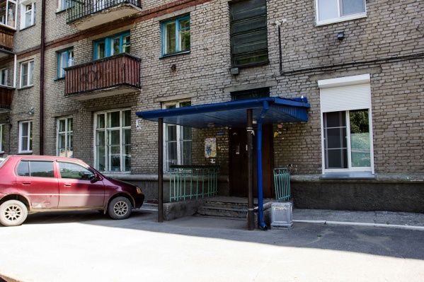 Некоторые жильцы успели заплатить за вывоз мусора дважды — и региональному оператору, и управляющей компании (на фото — дом на Урицкого, 7)