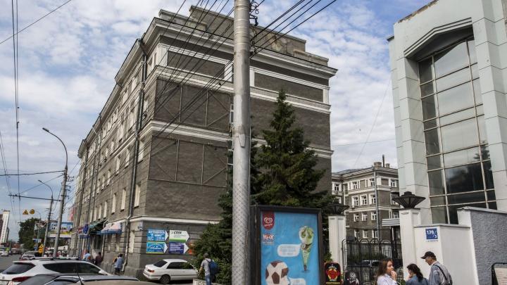 Путающий водителей знак на площади Калинина убрали после публикации на НГС