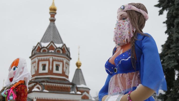 С голой грудью у часовни: в центре Ярославля выставили масленичных кукол