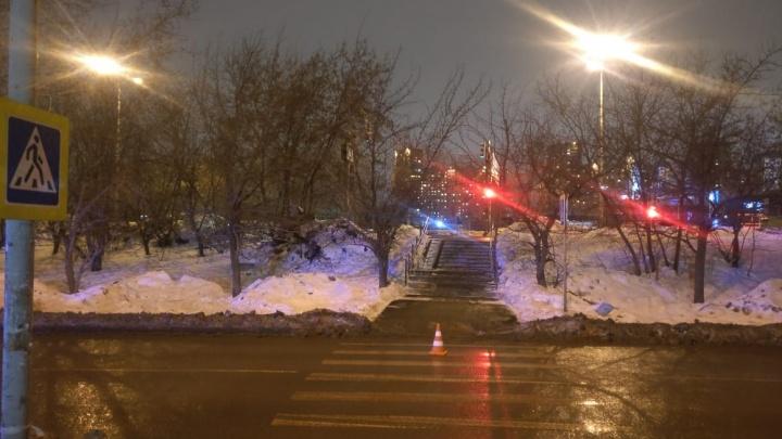 В Екатеринбурге полиция ищет водителя, который сбил подростка на пешеходном переходе на ЖБИ
