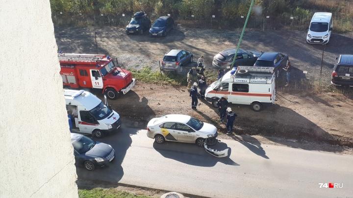 «Женщина потеряла сознание»: Infiniti челябинца влетел в парковку после ДТП с машиной «Яндекс.Такси»