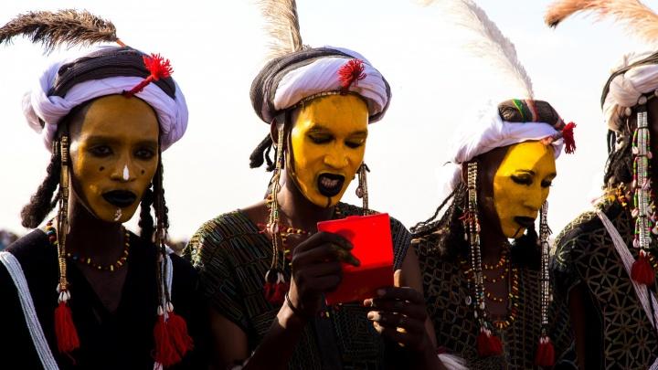 Уральские фотографы сняли, как в африканской пустыне женщины выбирают себе мужчин на одну ночь