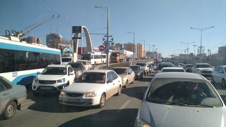 В Самаре на Московском шоссе парализовало дорожное движение
