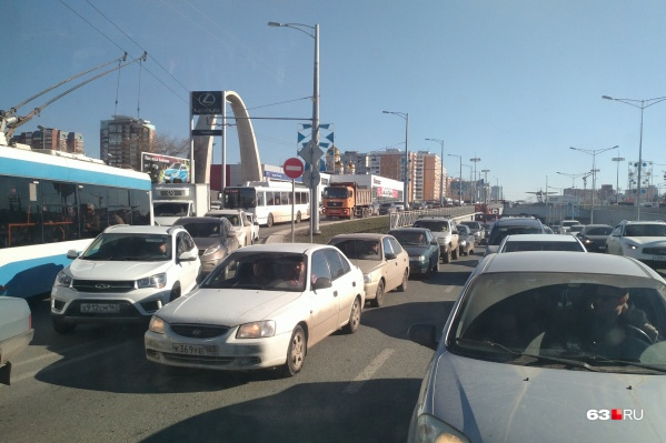 Сотни автомобилистов оказались заложниками утреннего коллапса у Ипподрома. Очевидцы сообщают, что в правом ряду стоит КАМАЗ, который приходится объезжать