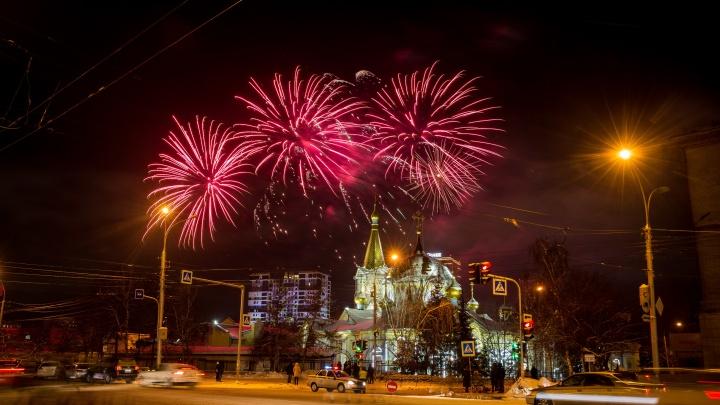 Рождество наступает: новосибирцы встретили праздник салютом в Нарымском сквере (фоторепортаж)