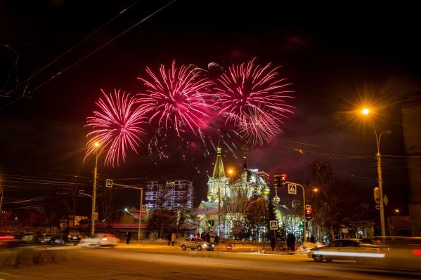Традиционно Рождественский салют гремел над Нарымским сквером