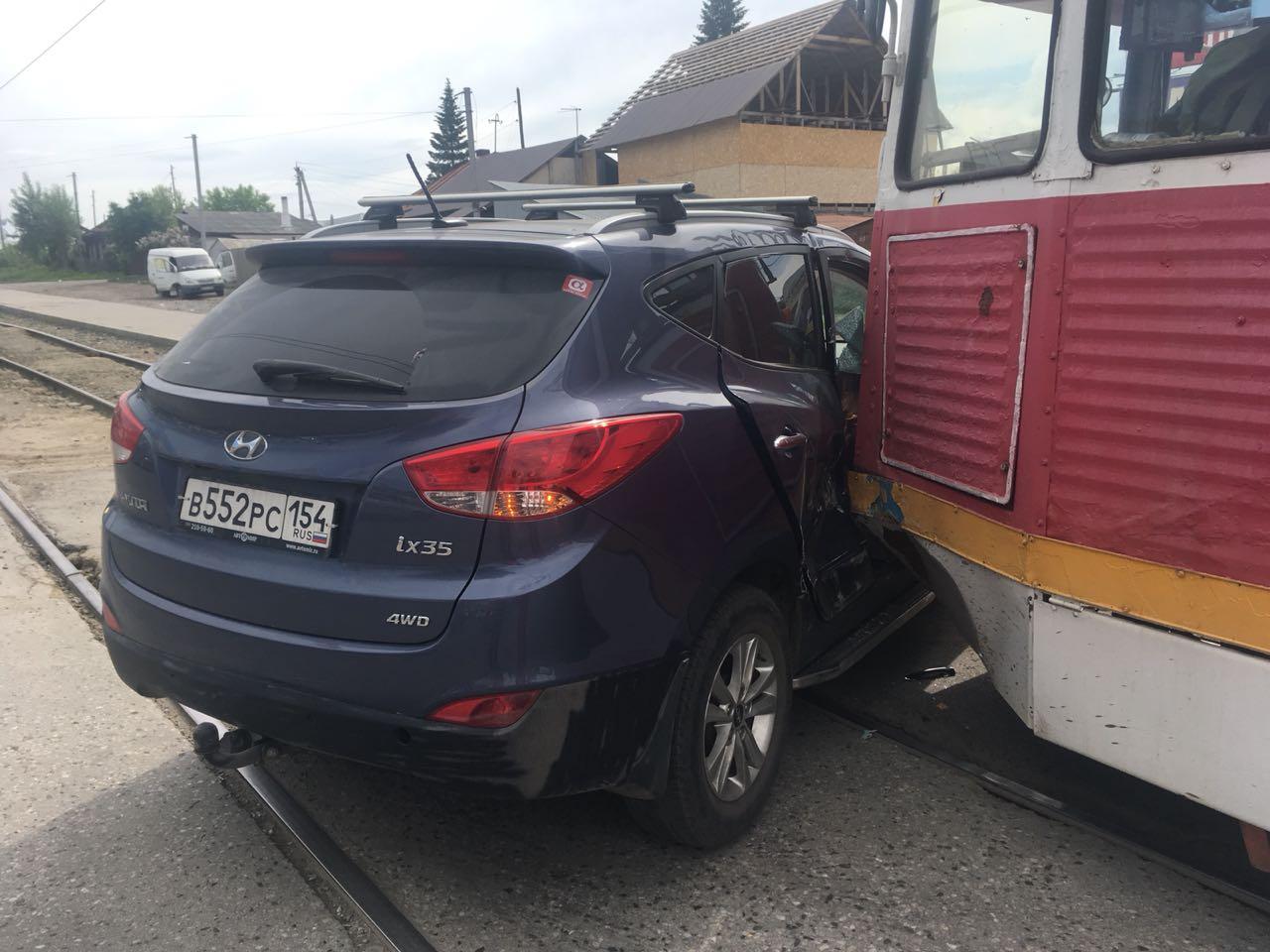 Авария случилась в 16:00, трамвай и автомобиль ехали по улице Троллейной